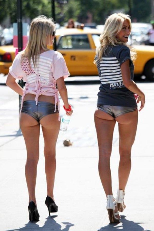 ホットパンツ穿いた外国人美女のハミ尻