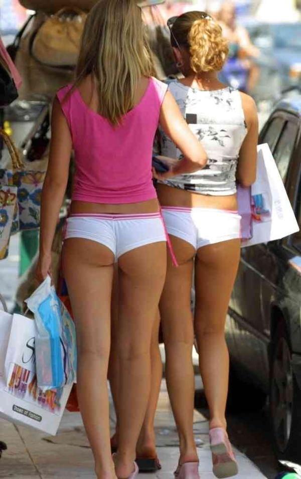 ホットパンツ穿いた外国人美女のハミ尻 21