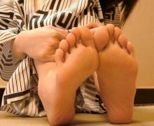 クンクン嗅いでペロペロ舐めたくなる裸足の足の裏画像