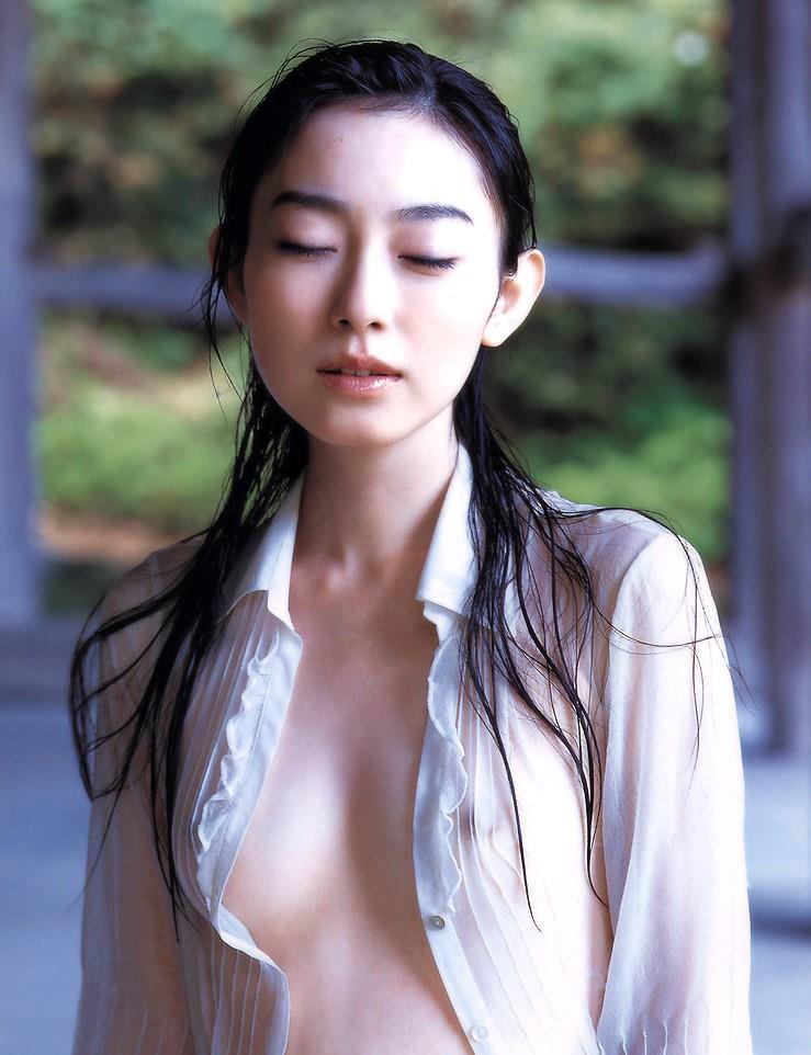 ノーブラ美女の濡れたシャツからのぞく透け乳首画像31枚