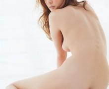 チラッと見えるハミ乳がいい感じの背中ヌード画像