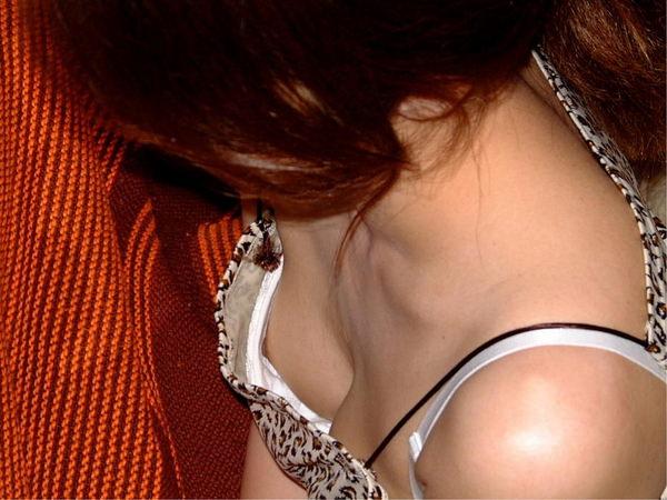 素人の乳首チラ 28