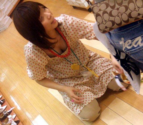 素人ショップ店員の胸チラ 7