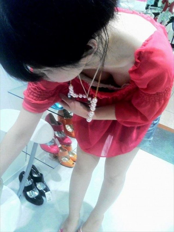 素人ショップ店員の胸チラ 11