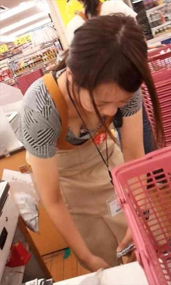 素人ショップ店員の胸チラ 12