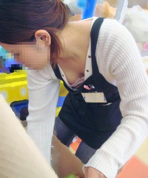 素人ショップ店員の胸チラ 20