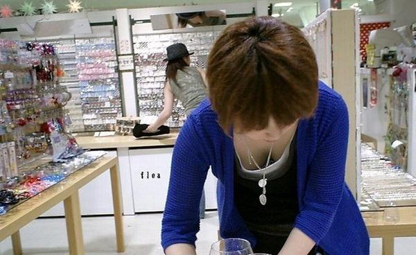素人ショップ店員の胸チラ 23