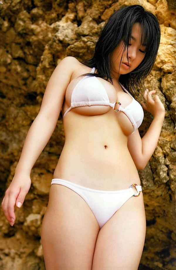 下乳出てるビキニ姿の巨乳グラドル 8