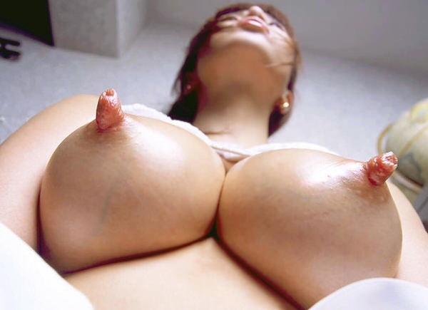 肥大化したデカ乳首 11