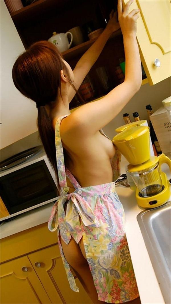 裸エプロン姿の女の子 21