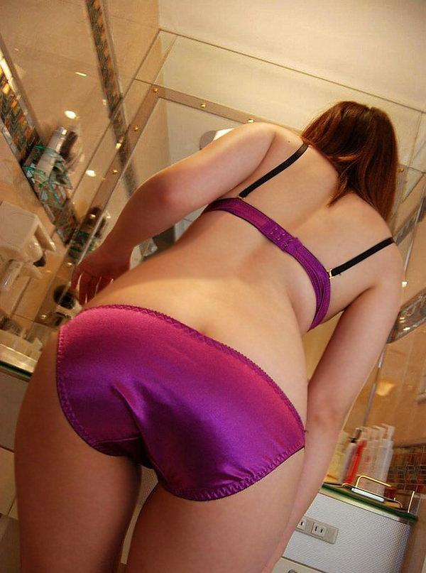 紫の下着でセクシーに決めた女の子 1