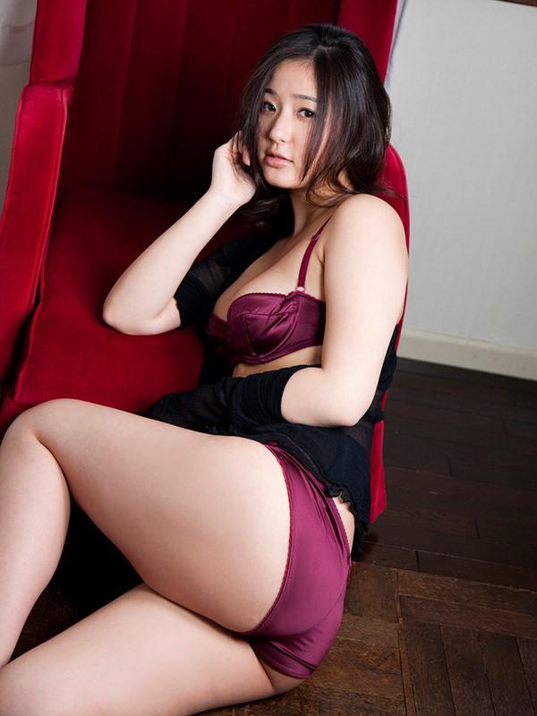 紫の下着でセクシーに決めた女の子 14