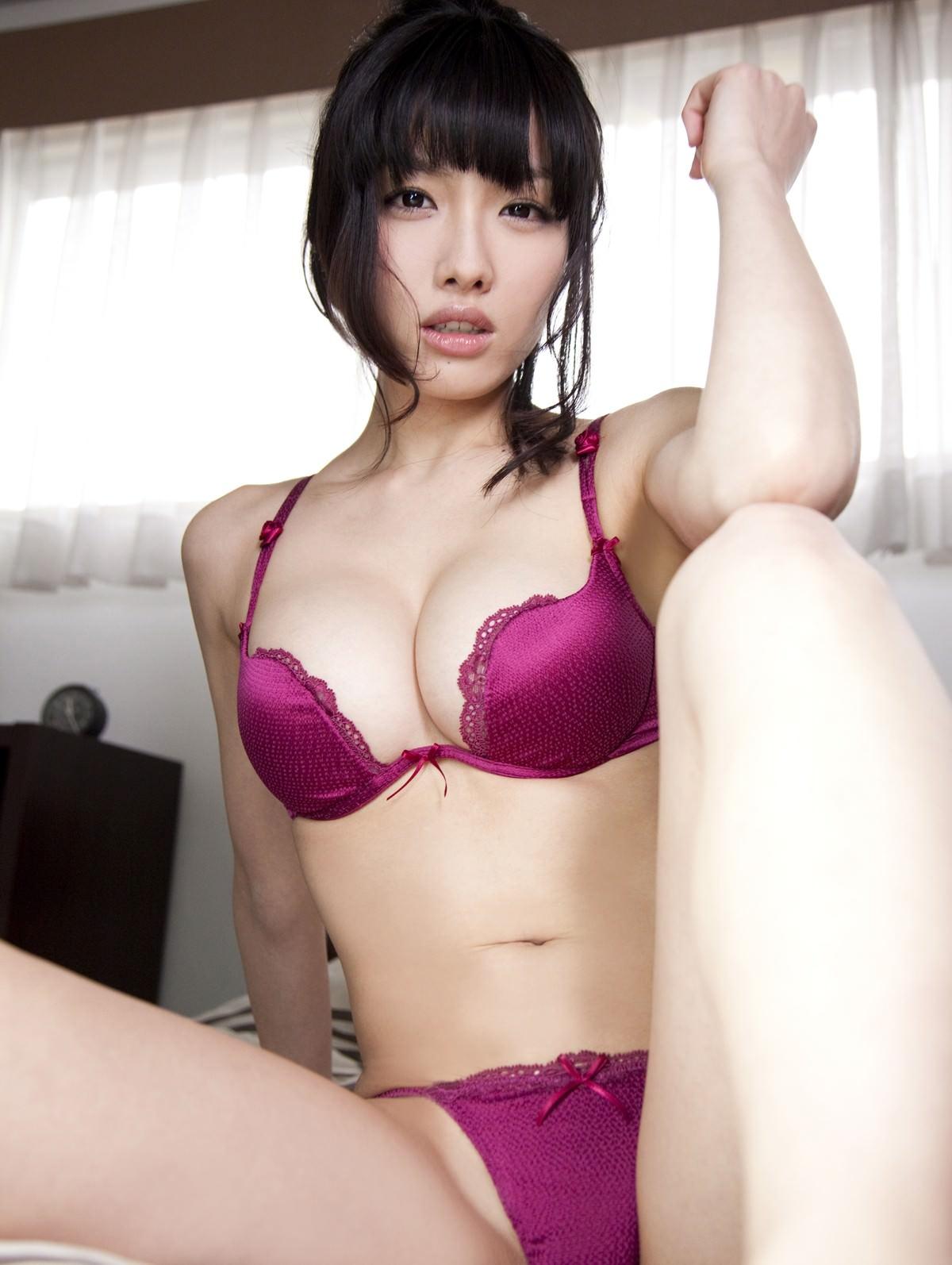 紫の下着でセクシーに決めた女の子