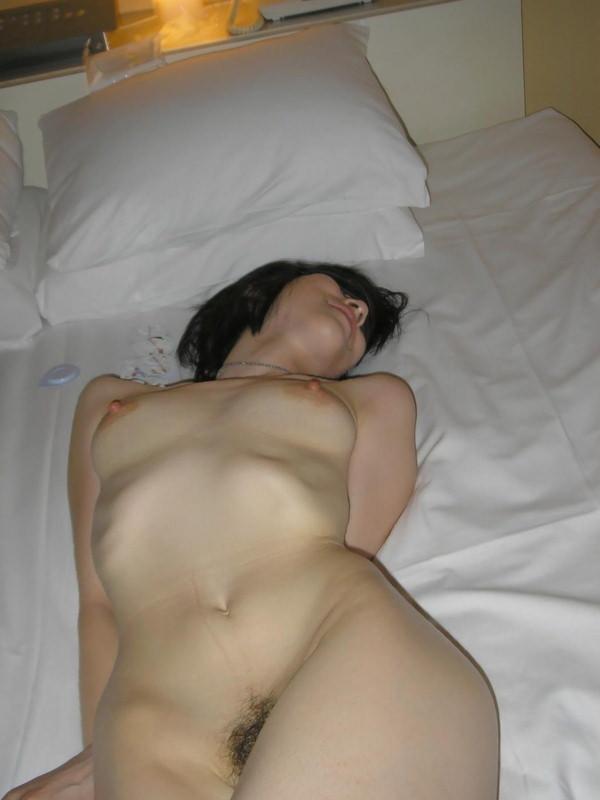 セックス後、裸のまま寝る素人女の子 32