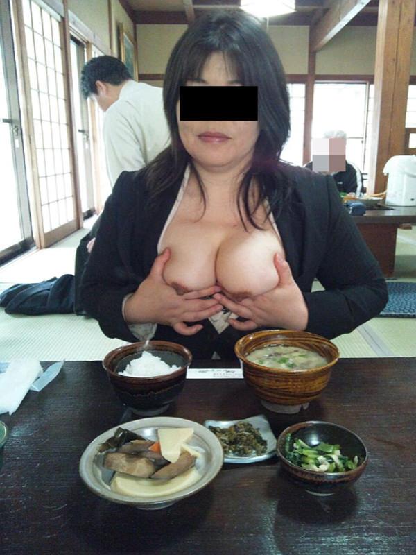 飲食店でおっぱいを露出する素人 2