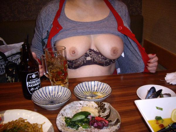 飲食店でおっぱいを露出する素人 4