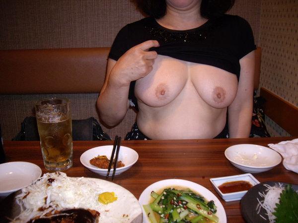飲食店でおっぱいを露出する素人 5