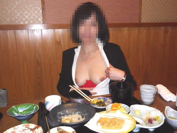 飲食店でおっぱいを露出する素人 13