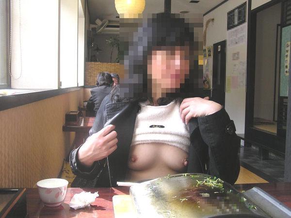 飲食店でおっぱいを露出する素人 14