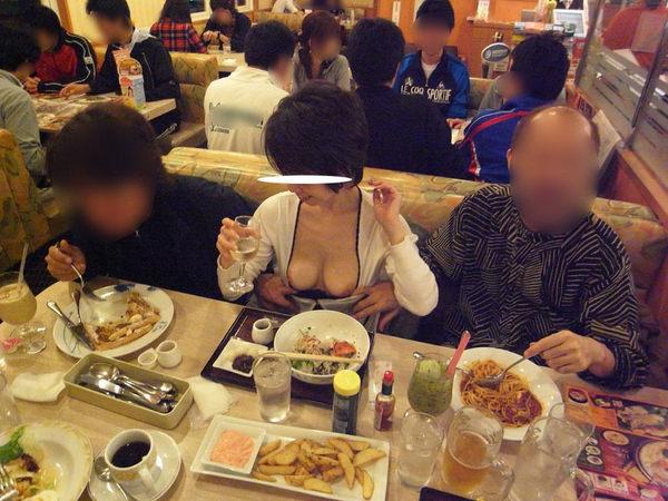 飲食店でおっぱいを露出する素人 18