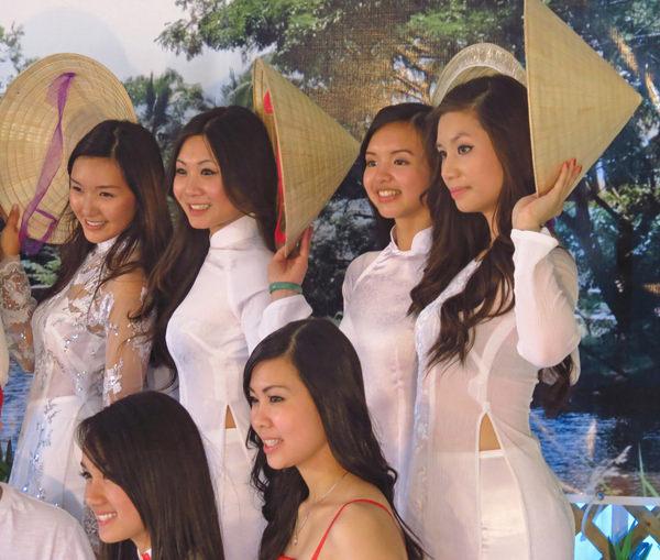 アオザイ姿のベトナム美女 15