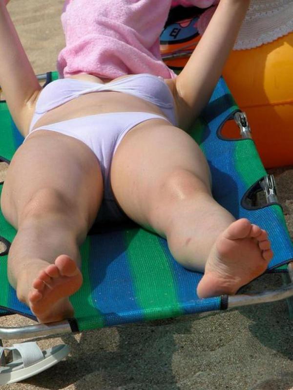 ビーチで日焼け中の素人水着ギャル 2