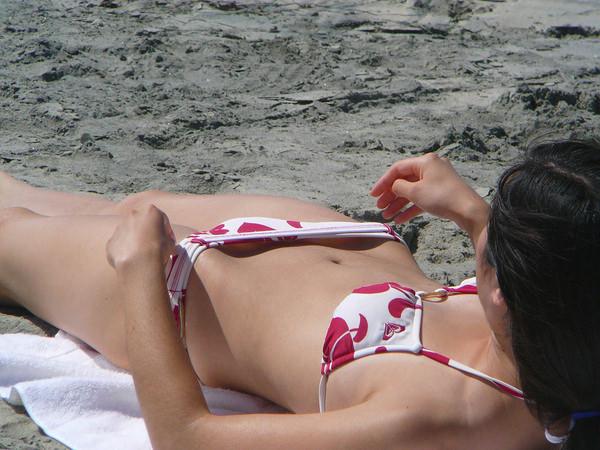 ビーチで仰向けのビキニの素人 10
