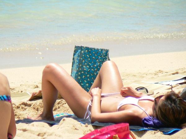 ビーチで日焼け中の素人水着ギャル 21