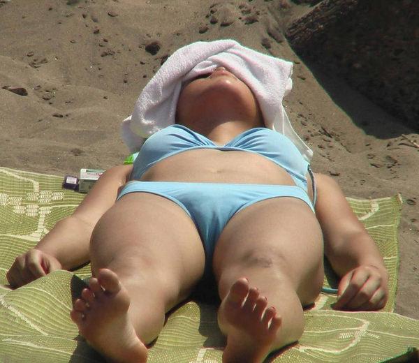ビーチで仰向けのビキニの素人 24