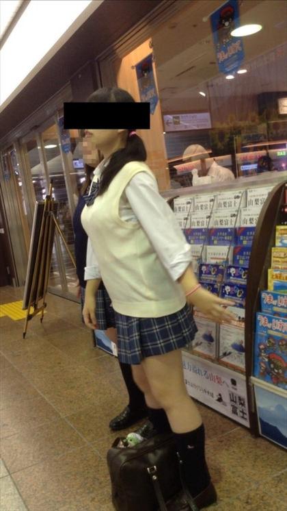 制服姿のJKの着衣巨乳 11