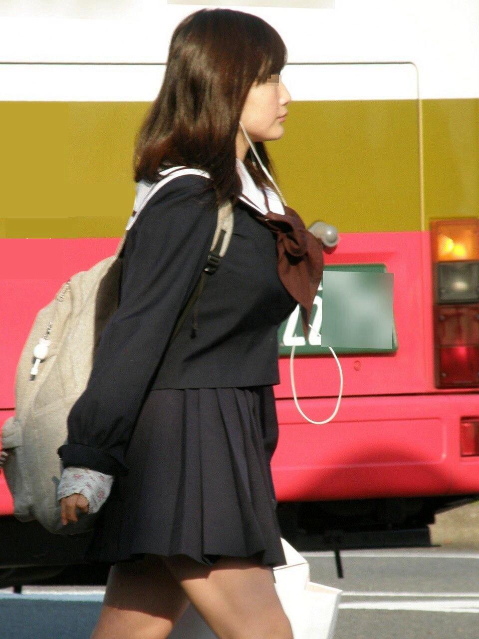 制服姿のJKの着衣巨乳