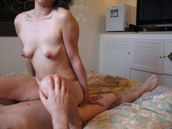 垂れ乳熟女の騎乗位 19