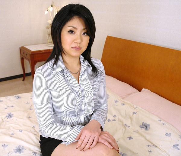 服のままベットに腰かけてるセックス前の清楚な人妻 2