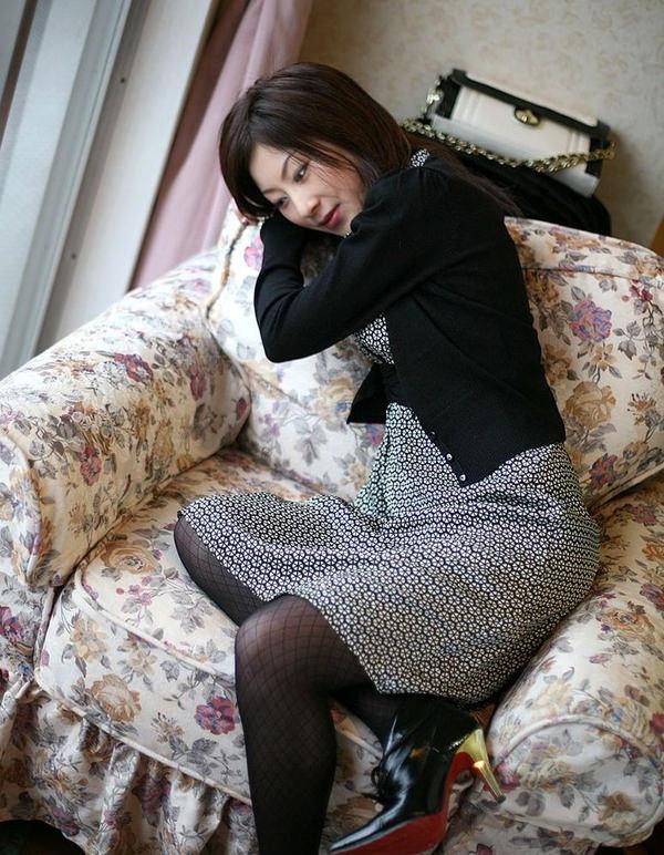 服のままベットに腰かけてるセックス前の清楚な人妻 6