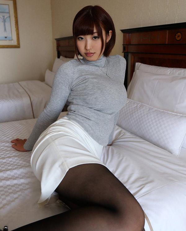 服のままベットに腰かけてるセックス前の清楚な人妻 7