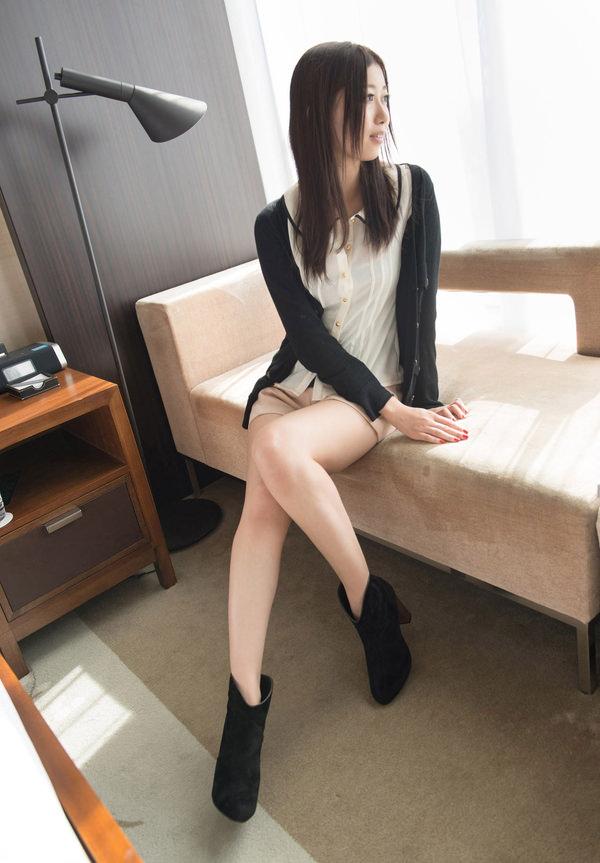 服のままベットに腰かけてるセックス前の清楚な人妻 12