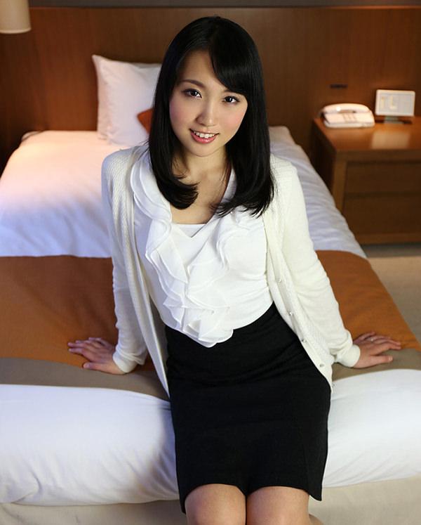 服のままベットに腰かけてるセックス前の清楚な人妻 20