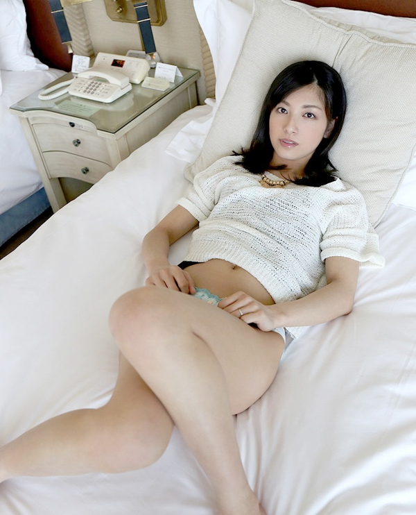 美人で清楚な人妻 43