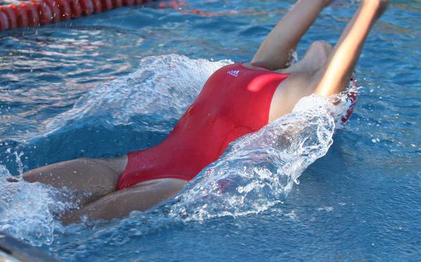 外国人女性アスリートの競泳水着姿 4