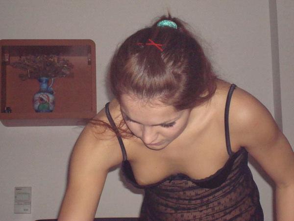 外国人美女の前屈み胸チラ 6
