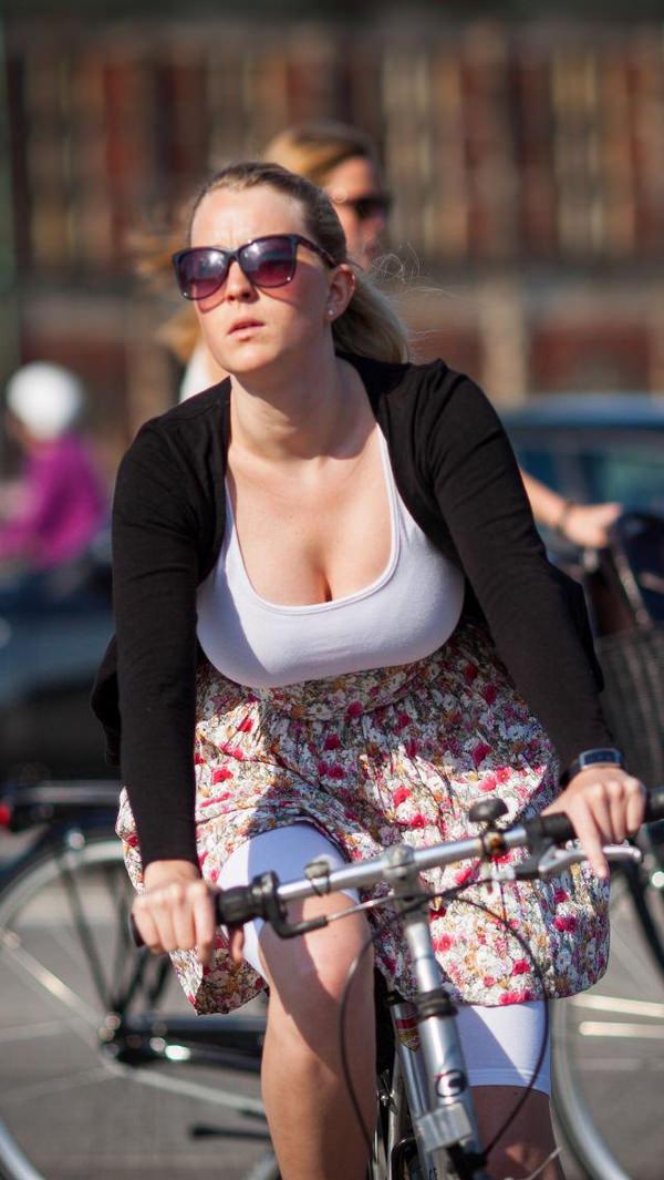 外国人美女の前屈み胸チラ 15