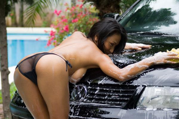 裸やビキニで洗車する外国人美女 1