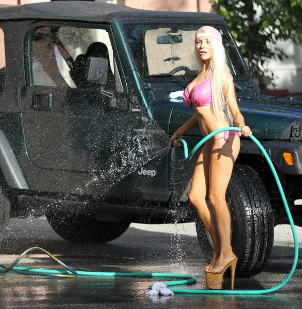 裸やビキニで洗車する外国人美女 5