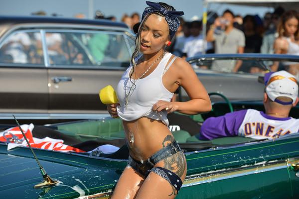 裸やビキニで洗車する外国人美女 8
