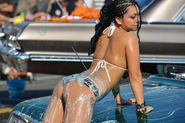 裸やビキニで洗車する外国人美女 9