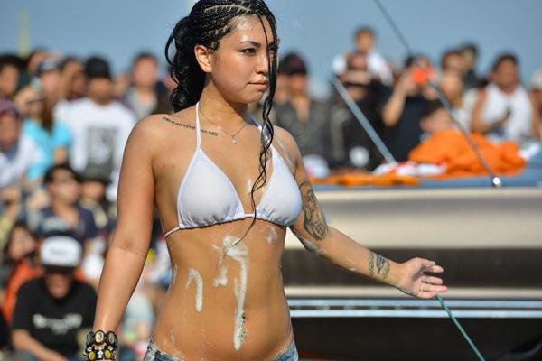 裸やビキニで洗車する外国人美女 10