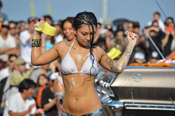 裸やビキニで洗車する外国人美女 12