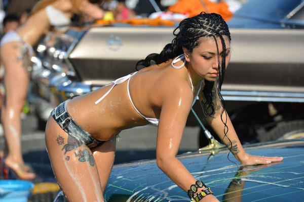 裸やビキニで洗車する外国人美女 13
