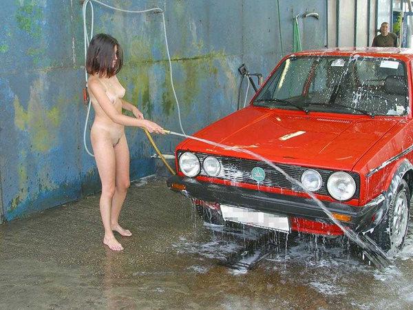 裸やビキニで洗車する外国人美女 14