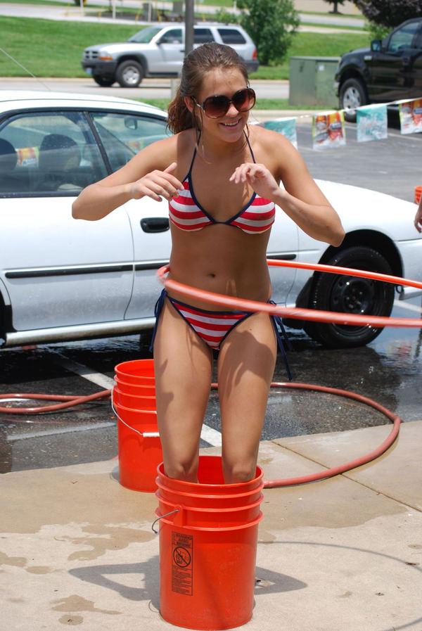 裸やビキニで洗車する外国人美女 22